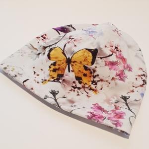 Valgel liblikad ja lilled meriinovoodriga beanie