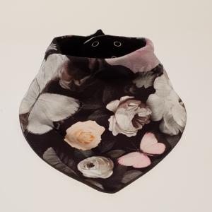 Tumedal taustal rooside ja liblikatega meriinovoodriga kaelasall
