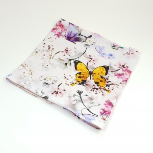 Valgel liblikad ja lilled meriinovoodriga torusall