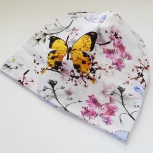 Valgel liblikad ja lilled beanie