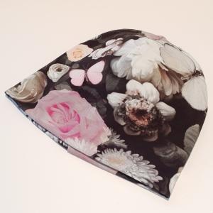 Tumedal taustal rooside ja liblikatega meriinovoodriga beanie