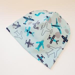Lennukid sinisel beanie müts