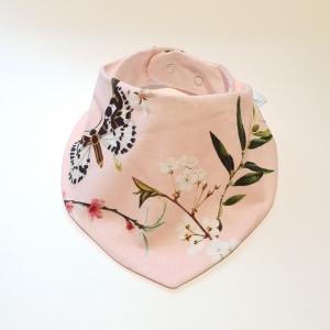 Liblikad ja õied roosal kaelarätt
