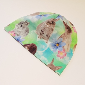 Jänesed ja lilled rohelisel beanie müts